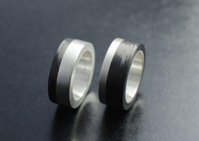 Eheringe: Silber oder Stahl mit Carbon, mattiert