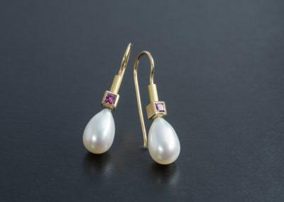Ohrhänger: Gelbgold mit Perlen und Granat