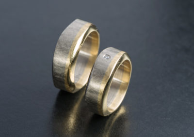 Ehering: Gelb- und Weissgold mit Diamant, mattiert im Kreis