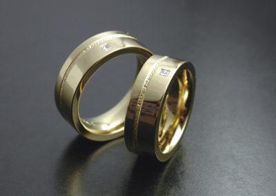 Eheringe: Gelbgold mit Diamanten in Carré-Schliffform, poliert
