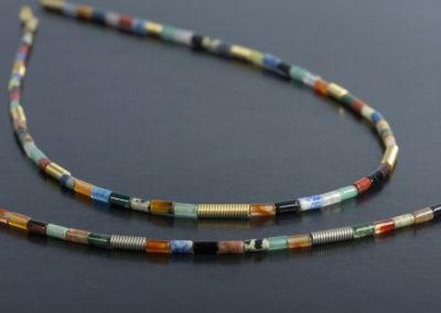 Kette: Gelbgold und Palladium mit Halbedelsteinen in Zylinderform