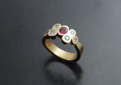 Ring: Gelbgold mit Rubin und Diamanten