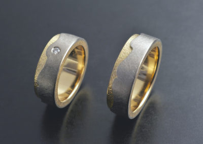 Ehering: Gelb- und Weissgold mit Diamant, grober und feiner Finish