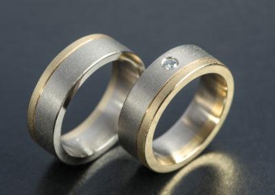 Ehering: Gelb- und Weissgold mit Diamant, geschlagener Finish