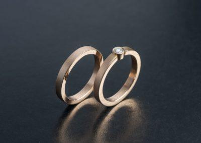 Eheringe: Rotgold mit Diamant