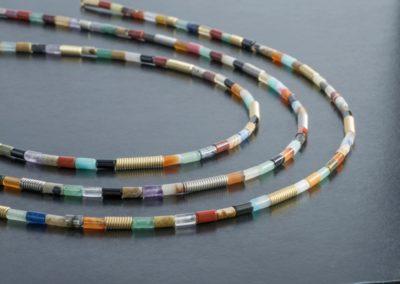 Ketten: Feine Zylinder, Halbedelsteine, Gelbgold oder Palladium