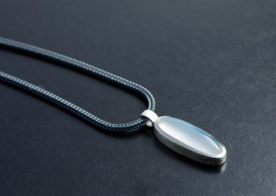 Anhänger: Silber mit Mondstein und geschwärzter Fuichsschwanzkette