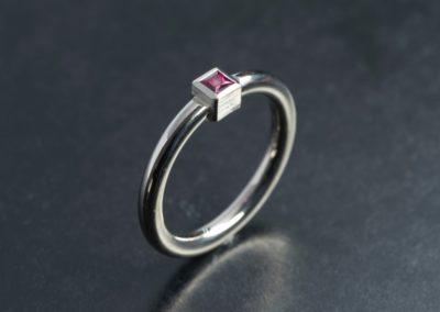 Ring: Weissgold mit Rubin