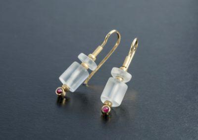 Ohrhänger: Gelbgold mit Bergkristall und Rubin