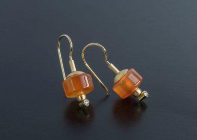 Ohrhänger: Gelbgold, Karneol und Diamanten