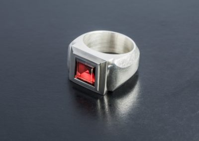 Ring: Silber mit Granat Carré