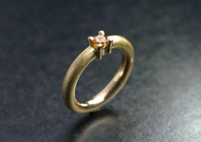 Ring: Gelbgold mit farbigem Diamant