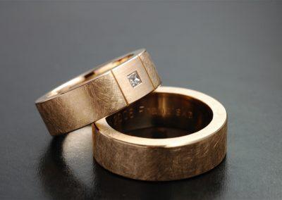 Eheringe: Rotgold mit Carré Diamant