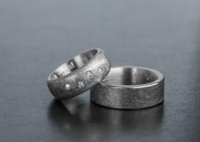 Eheringe: Weissgold mit Diamanten, mattiert grob im Kreis