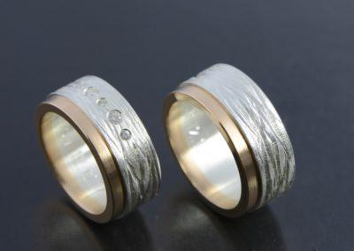 Eheringe: Silber Rotgold mit 5 verschieden grossen Diamanten, abgestuft, fein mattiert und grob gerillt
