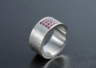 Ring: Platin mit Rubine Korn-Pavé gefasst