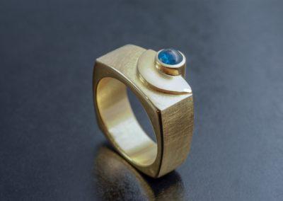 Ring: Gelbgold mit Turmalin cabochon