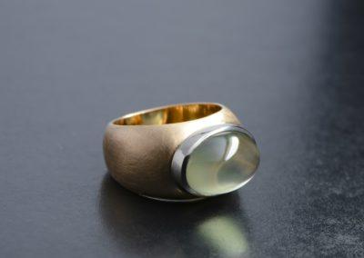 Ring: Rot-Weissgold mit grünem Mondstein cabochon