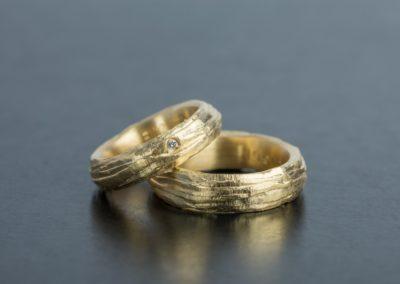 Eheringe: Gelbgold mit Diamant, abgestuft mattiert