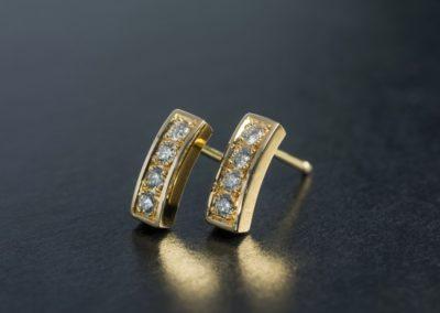 Ohrstecker: Gelbgold mit Diamanten Pavé Korn gefasst