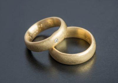 Eheringe: Gelbgold mit Diamant, im Kreis mattiert