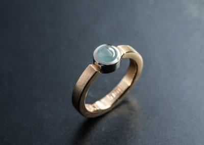 Ring: Rot-Weissgold mit Aquamarin cabochon