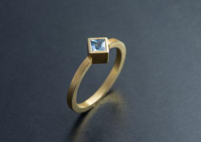 Ring: Gelbgold mit Aquamarin Carré Princess